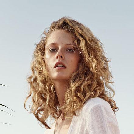 wef-friseure-impressionen-everyday-look-frisurentrends-friseur-moenchengladbach-ohne-termin-natürliche locken-blond